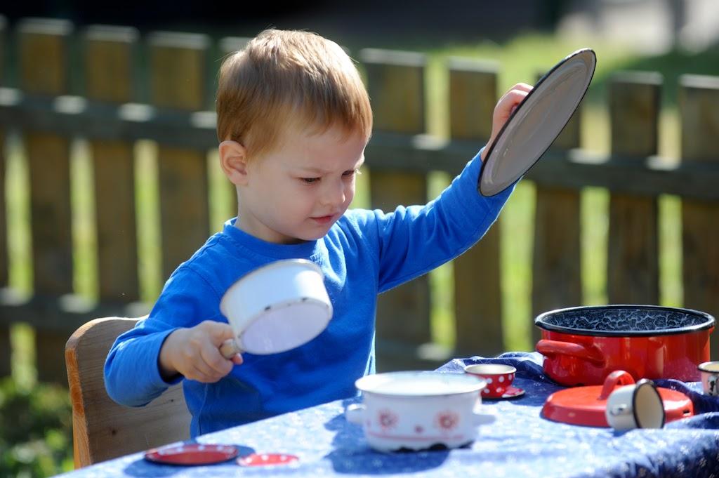 Népi babakonyha, gyerek főz játék ételekkel.
